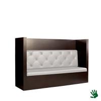 Taupe gecapitonneerde lounge bank, met witte kussens